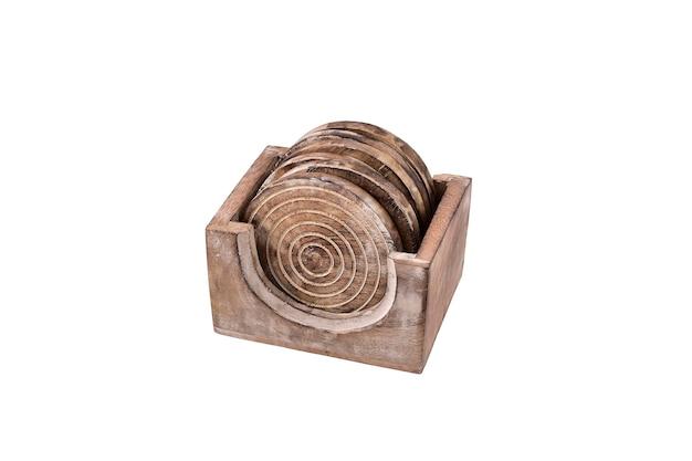 Sottobicchiere in legno con supporto isolato su superficie bianca