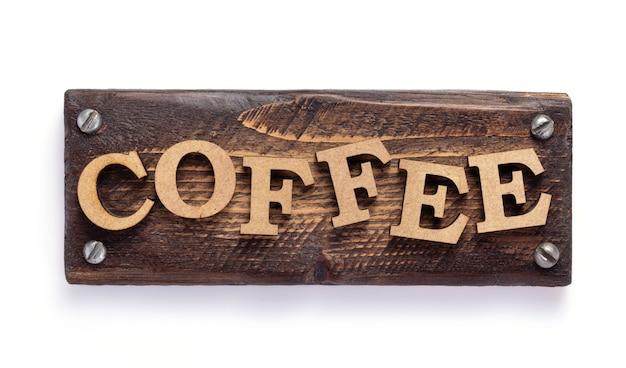 Lettere di caffè in legno isolate su sfondo bianco