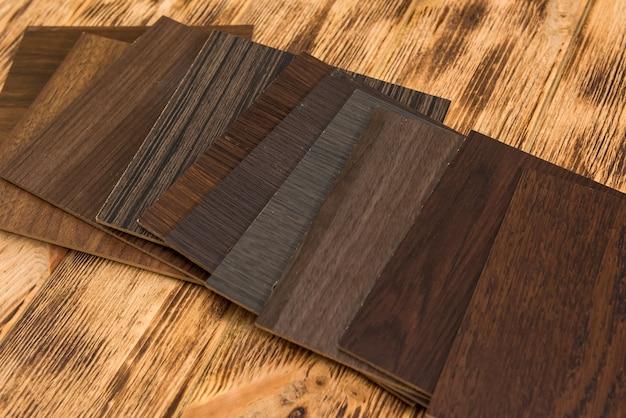Campione di colore in legno che sceglie materiale in legno per progetto abitativo. architettura e costruzione Foto Premium