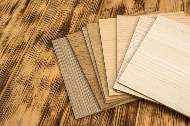 Campione di colore in legno che sceglie materiale in legno per progetto abitativo. architettura e costruzione