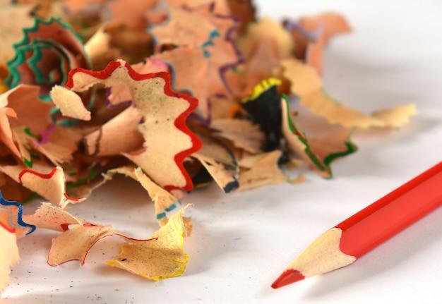 Matite colorate in legno con trucioli per affilare