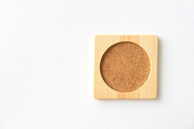 Tappetino in sughero in legno per bicchiere d'acqua o tazza di caffè. avvicinamento.