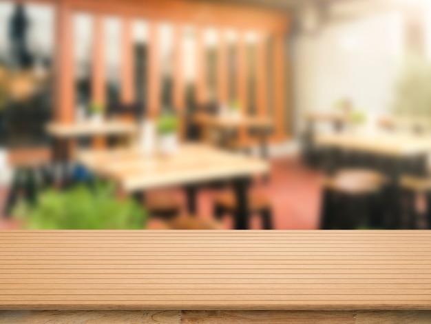 Piano di lavoro in legno con sfondo sfocato ristorante