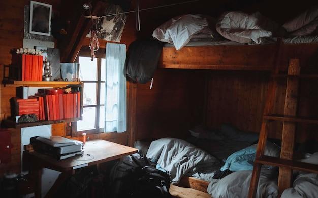 Accogliente camera da letto in legno in una cabina