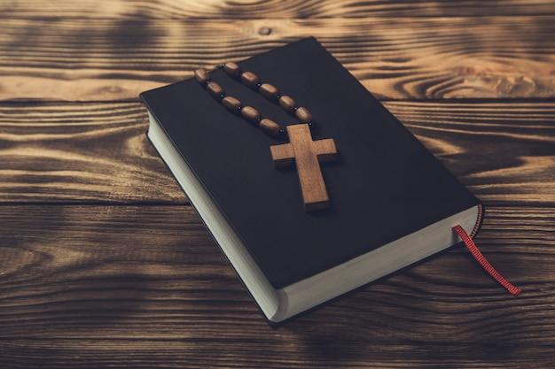Croce di legno sulla sacra bibbia su legno