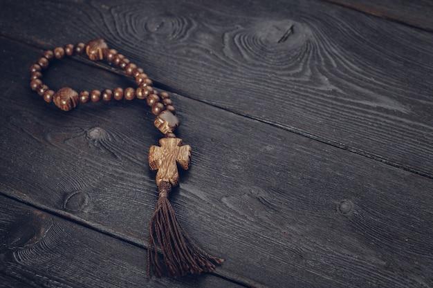 Croce di legno sulla superficie del legno