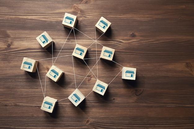 Blocco cubo in legno con icona di franchising.