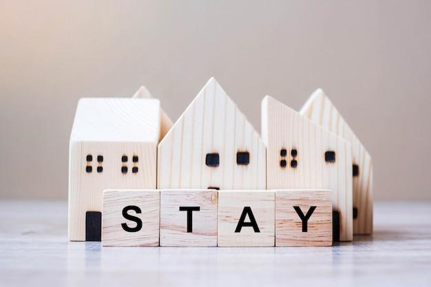 Cubo di legno con testo stay e modello home