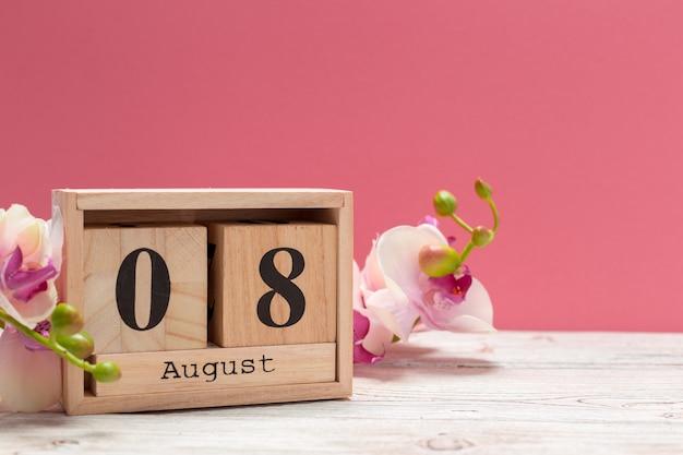 Calendario in legno a forma di cubo per l'8 agosto sul tavolo di legno