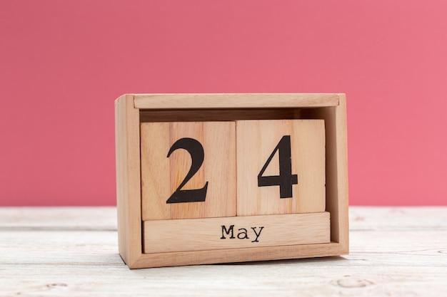 Calendario a forma di cubo di legno per il 24 maggio sul tavolo di legno