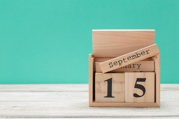 Calendario a forma di cubo di legno per il 15 settembre sul tavolo di legno