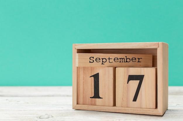 Calendario a forma di cubo di legno per il 17 settembre sul tavolo di legno