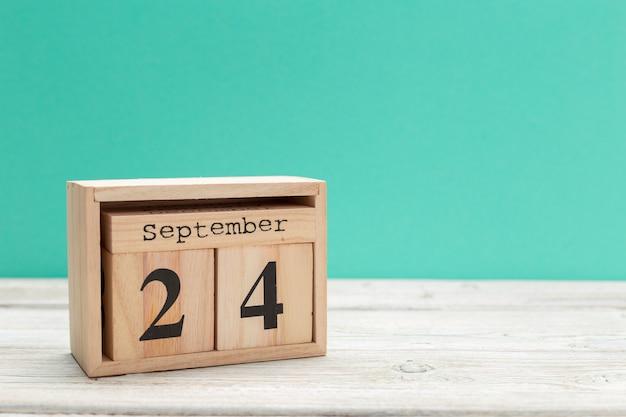 Calendario a forma di cubo di legno per il 24 settembre sul tavolo di legno