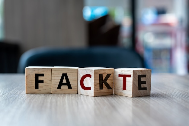 Cubo di legno con flip-over fake to fact word