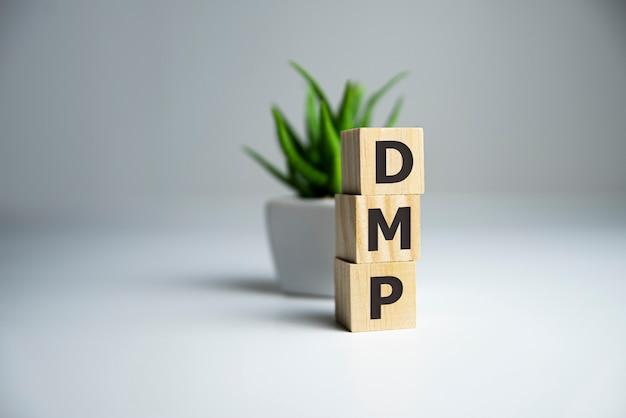Alfabeti di cubi di legno che costruiscono la parola dmp