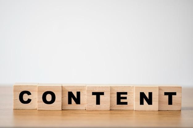 I cubi di legno bloccano la stampa del contenuto dello schermo sul tavolo. concetto di marketing aziendale creativo.