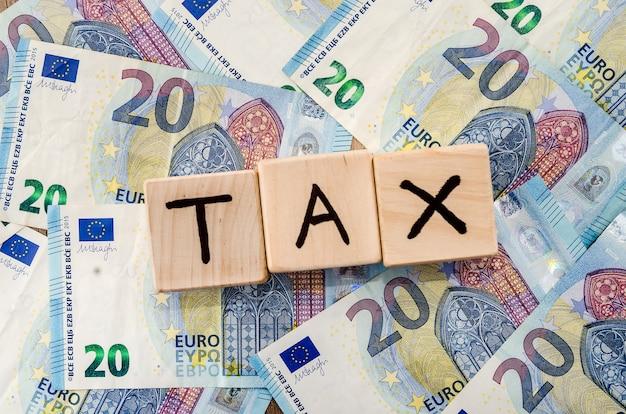 Cubi di legno sulle banconote in euro. imposta