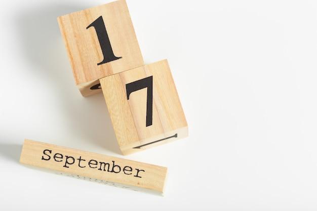 Cubi di legno con data su sfondo bianco. 17 settembre