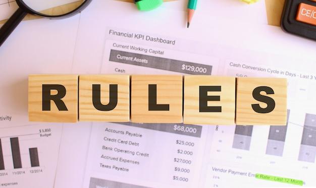 Cubi di legno con lettere sul tavolo in ufficio. regole del testo. concetto finanziario.