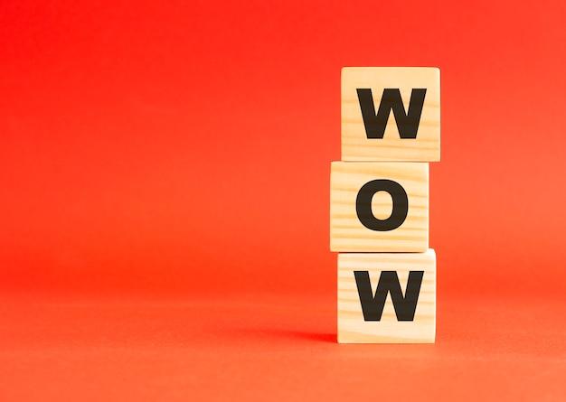 Cubi in legno con lettere. per il tuo design e concetto. cubi di legno su fondo rosso. spazio libero a sinistra.