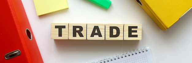 Cubi di legno con parola trade sulla scrivania dell'ufficio