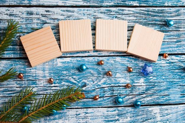 Cubi di legno per il tuo nuovo anno date vista dall'alto nuovo anno concetto blu sullo sfondo di legno ramo di abete