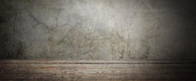 Tavolo in legno decking su uno sfondo grigio grunge. posto per un elemento, un logo o un'etichetta