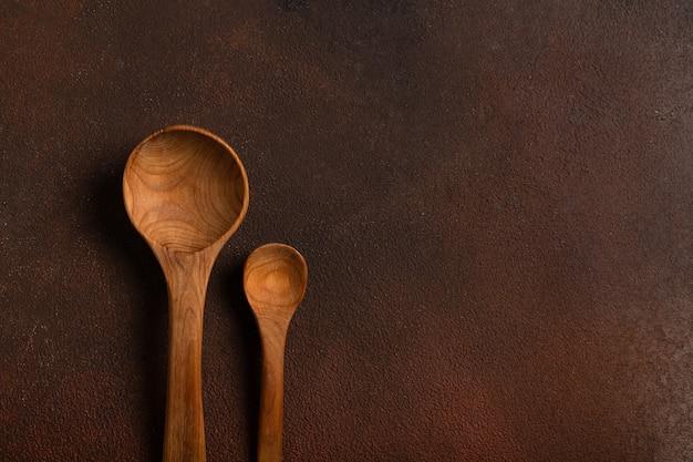 Cucchiai decorativi in legno sul tavolo scuro