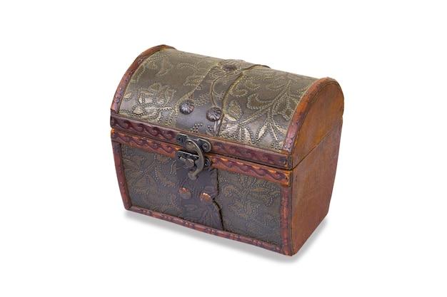 Cassapanca vintage decorativa in legno chiusa su fibbia in metallo con motivo rifinito in pelle, isolato su uno sfondo bianco.