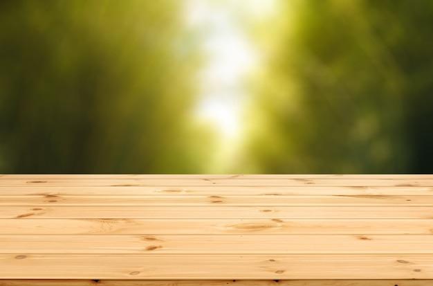 Scrivania in legno su sfondo sfocato