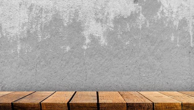 Contatore della tabella della mensola del tabellone in legno con spazio di copia con priorità bassa del muro di cemento grigio.
