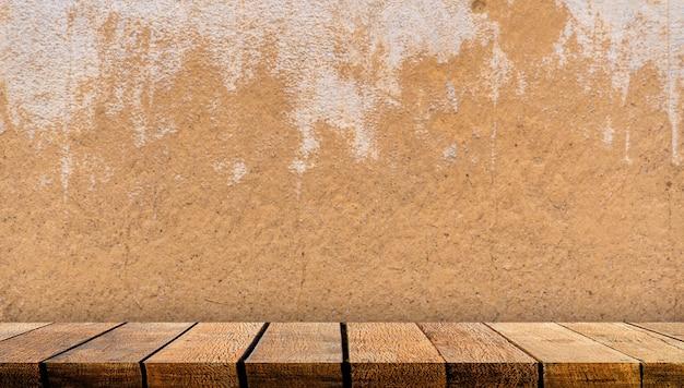 Bancone da tavolo in legno con ripiano in legno con spazio di copia.