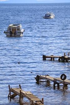 Banchine di legno e barche sul lago titicaca il lago navigabile più alto del mondo copacabana bolivia