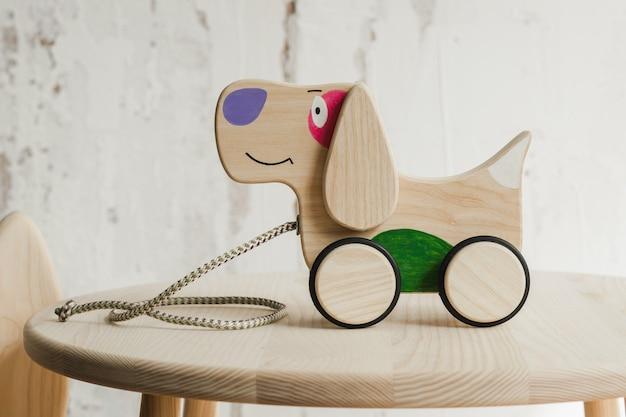 Cane in legno su ruote di faggio sul tavolo
