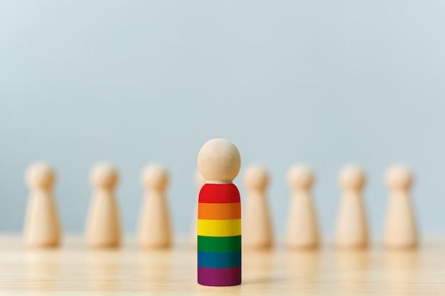 Le bambole in legno con i colori dell'arcobaleno si distinguono dalla massa