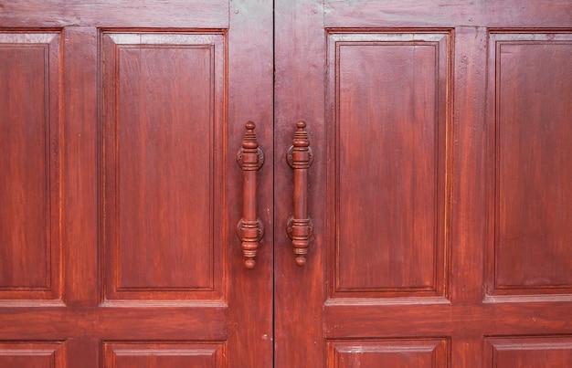 Porta in legno marrone retrò, porta artigianale di design tailandese
