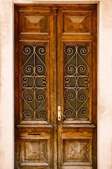 Porte in legno con barre in vetro in metallo e motivi intagliati