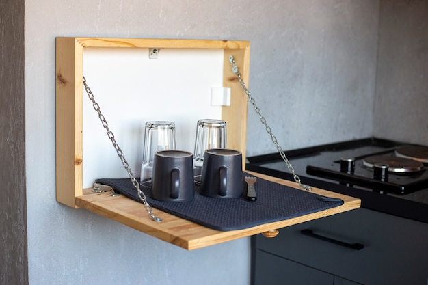 Cassetto in legno a parete per asciugare i piatti in cucina