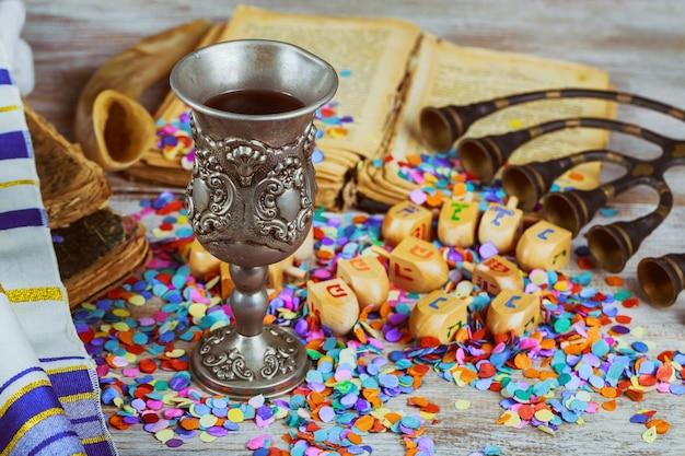 Dreidel in legno per hanukkah durante la festa ebraica con menorah