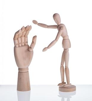Manichino di legno e simbolo della protesi della mano.