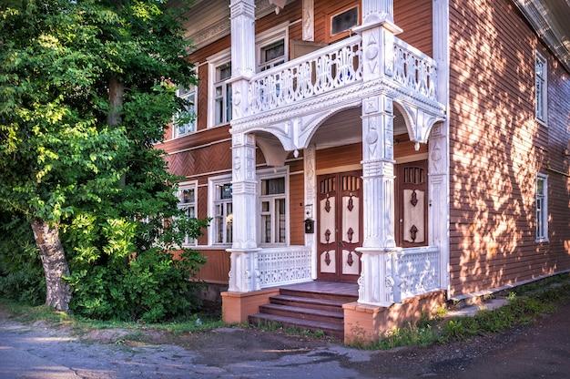 Casa di abitazione in legno con intaglio traforato a vologda in una giornata di sole estivo