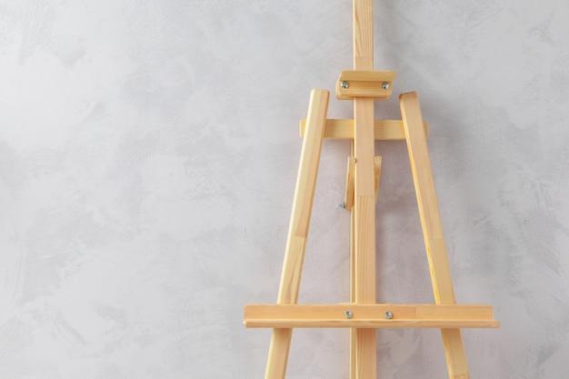 Cavalletto di legno nella stanza