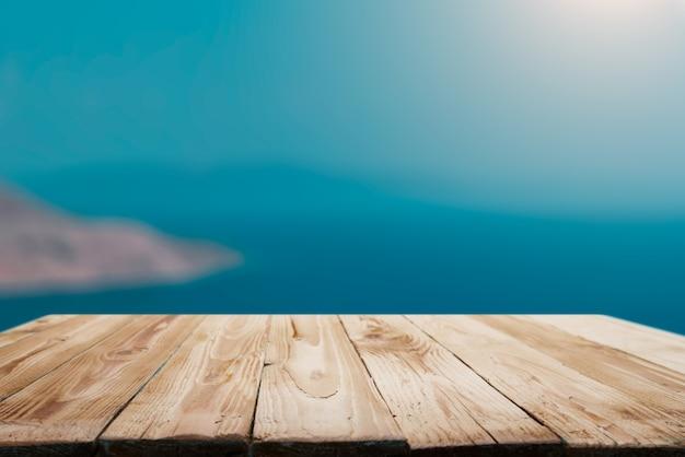Superficie vuota in legno su sfondo blu sfocato del mare nel pomeriggio