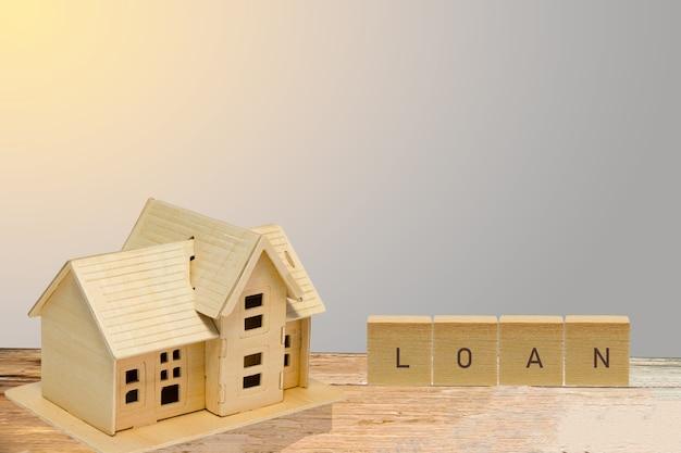 Figura in legno della casa e dei cubi con l'iscrizione prestito