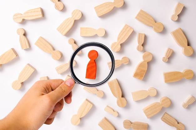 Le figure di legno della gente stanno trovando su una priorità bassa bianca. rete sociale. attività commerciale.