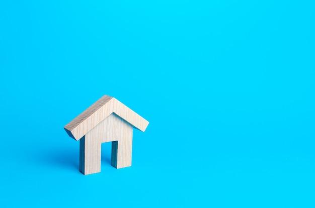 Statuetta in legno di un edificio residenziale. mutuo ipotecario minimalista