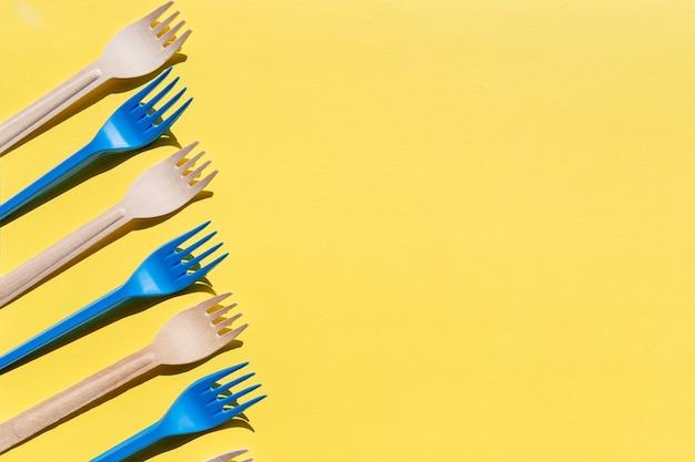 Forchette di legno in fila su giallo