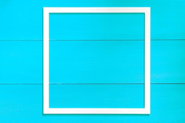 Cornice in legno su un classico sfondo blu. cornice per foto vuota isolare. disposizione piatta, vista dall'alto, copia spazio