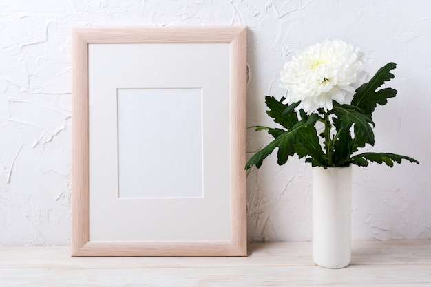 Mockup di cornice in legno con crisantemo bianco in vaso