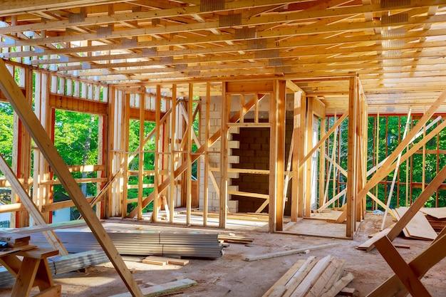 Costruzione di casa della struttura della struttura in legno su un nuovo sviluppo inquadratura in costruzione